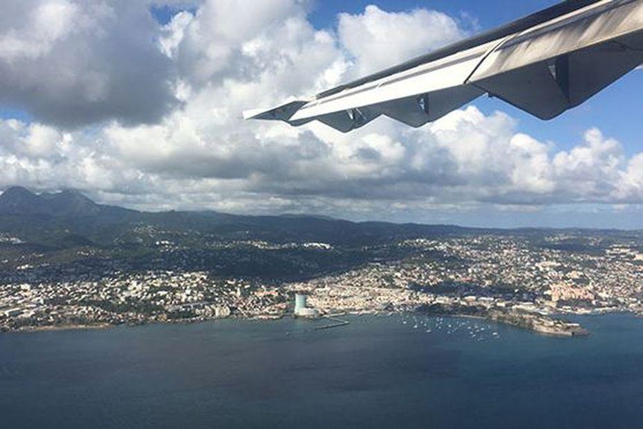 Interrogations autour de l'arrivée d'un avion en provenance d'Italie en Martinique, des élus montent au créneau - Martinique la 1ère