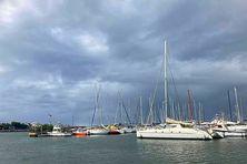 Le ciel était sombre, ce mardi 20 avril 2021, sur le port de Saint-Pierre. Il en sera de même, ce mercredi 21. Un avis de vigilances fortes pluies et orages a été émis par Météo-France La Réunion. Il concerne le Sud-Est du département.