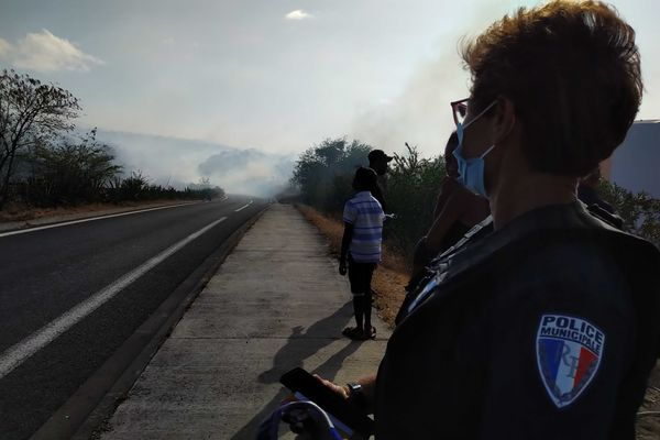 Incendie dans la savane de Plateau-Caillou, dimanche 19 septembre police route fumée