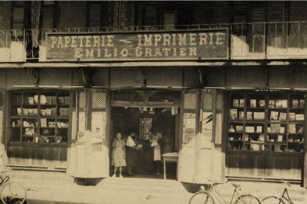 Edmonde Gratien à l'entrée de la librairie Gratien