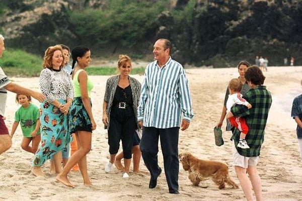 Le président Jacques Chirac se détend avec sa fille Claude et son petit-fils Martin, le 04 août 1997 sur une plage, lors de vacances sur l'île de la Réunion.