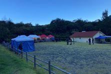 Ciel bleu sur Mafate au lever du jour. Les bénévoles et les passionnés attendent les premiers coureurs.