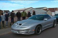 Cinq voitures de sport pour faire découvrir aux enfants de Miquelon les joies de l'automobile.