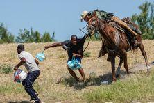 Un garde-frontière américain à cheval empoigne un migrant haïtien par le tee-shirt. Ce dernier essayait de rentrer dans un campement sur les rives du Rio Grande près du pont international Acuna Del Rio, à Del Rio, au Texas, le 19 septembre 2021.