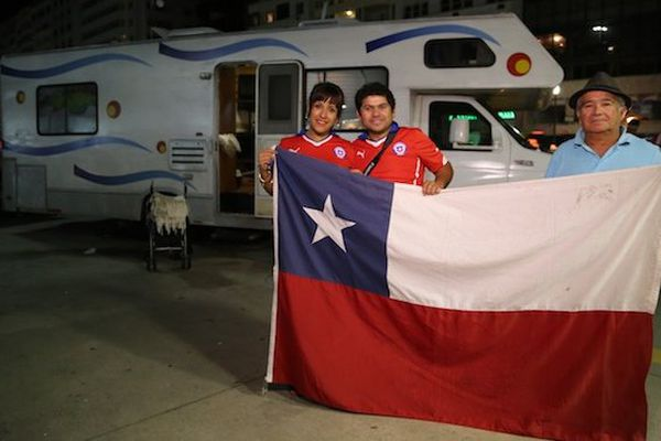 Supporters chiliens avec drapeau
