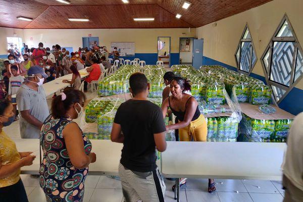 Des bouteilles d'eau sont distribuées à Saint-André.