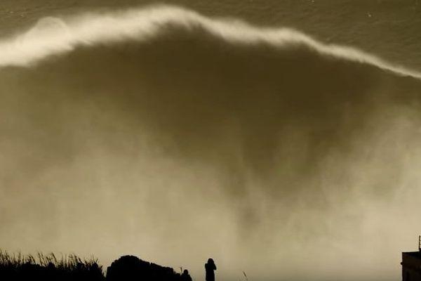 Plus de 23 mètres pour la plus haute vague surfée à Nazaré