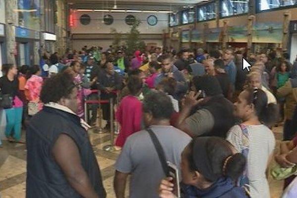 La foule des grands départ de vacances à l'aérodrome de Magenta