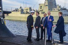 Au temps de l'alliance franco-australienne. Le Président de la République Emmanuel Macron et le Ministre des affaires étrangères Jean-Yves Le Drian en visite à la base navale de Garden Island à Sydney le 3 mai 2018