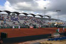 Le Court central Amédée Detraux au Vélodrome, quelques minutes avant le coup d'envoi de la Coupe Davis. Le ciel est couvert.