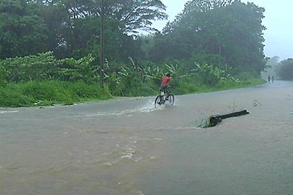 Les inondations bloquent une partie de la population