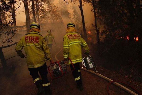 Des pompiers du New south Wales combattants les feux près de Taree.