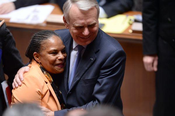 La garde des Sceaux, émue, dans les bras du Premier ministre d'alors, Jean-Marc Ayrault.