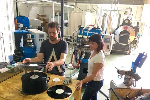 Antoine et Florence dans leur atelier de vinyles
