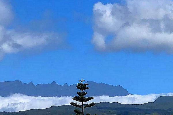 Ciel relativement bleu sur Sainte-Suzanne