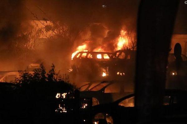 Des véhicules en feu sur le parking d'une concession automobile au Port.