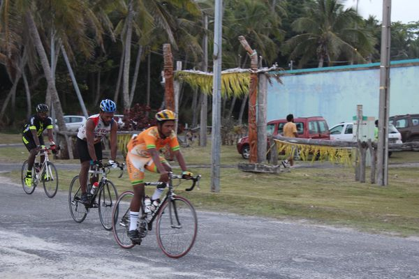 Les coureurs du Walenu Iaaï (Ouvéa) devant le temple de Luecilla.