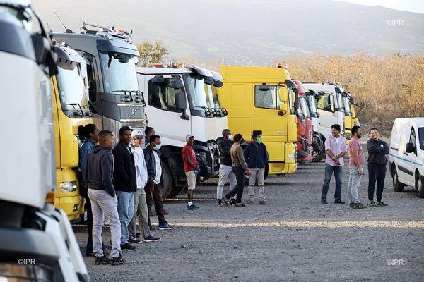 Les transporteurs devant la halle des manifestations au Port.