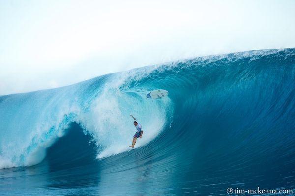 Savoir chuter pour bien pénétrer la surface de l' eau fait partie des nécessités pour surfer Teahupoo