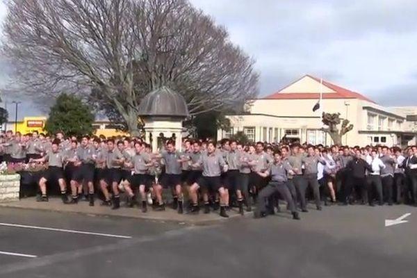 Le haka de 1700 élèves pour l'enterrement de leur professeur