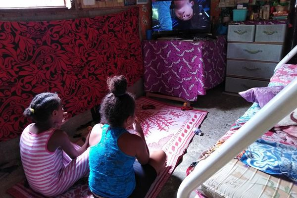Touho : fillettes regardent la TV -tribu de Paola