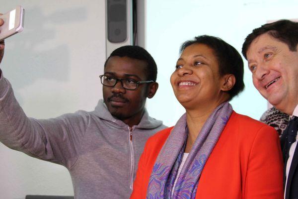 Pierre-Jeanty Anis, étudiant à R2K prend un selfie avec Hélène Geoffroy et Patrick Kanner