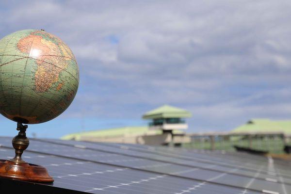 Le globe, sur une plaque solaire de la centrale Bardzour