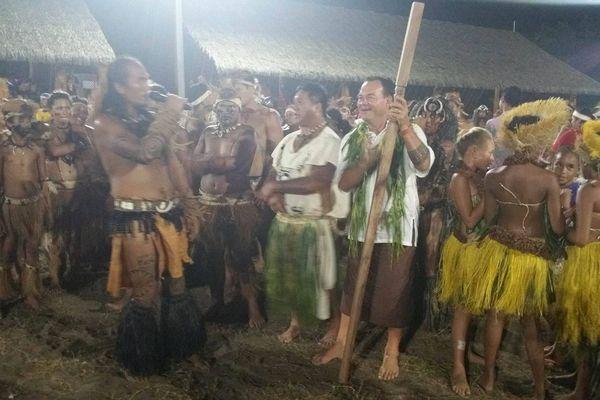 La transmission du sceptre pendant la cérémonie de clôture du festival des arts des Îles Marquises