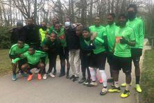 Les joueurs du Club Franciscain à Clairefontaine avec au centre le maire du François Samuel Tavernier (avec le masque).