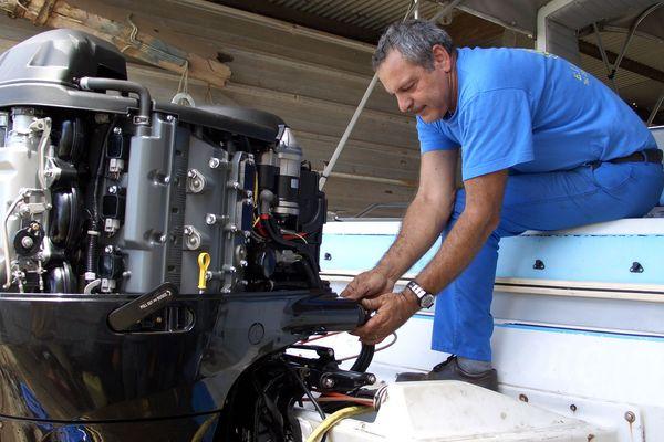Un artisan en mécanique marine.
