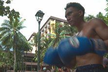 Richard s'essaye aux gants de boxe avec les clubs présents le mercredi, au Parc Paofai de Papeete.