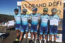"""Quatre cyclistes lancés dans le Grand Défi, """"4 pics pour 4 as""""."""