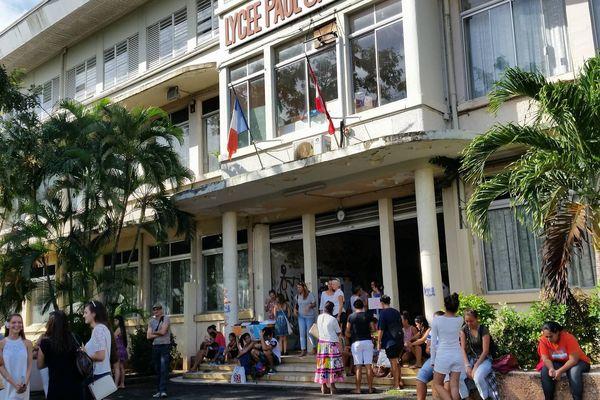 Devant le lycée Paul Gauguin, les élèves attendent impatiemment les résultats du BAC