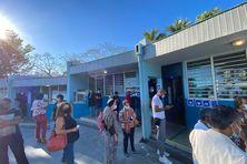 A l'École des Bancouliers, au Moufia, les électeurs dionysiens sont déjà nombreux ce dimanche