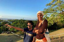 Véronique KANOR et son assistant réalisateur sur les hauteurs de Cayenne