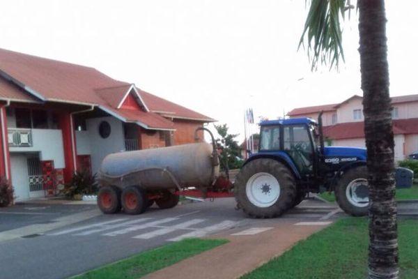 Les agriculteurs bloquent l'accès à la Mairie de Macouria