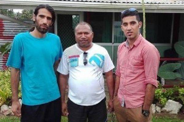 Maître Lomai, entouré de migrants détenus à Manus
