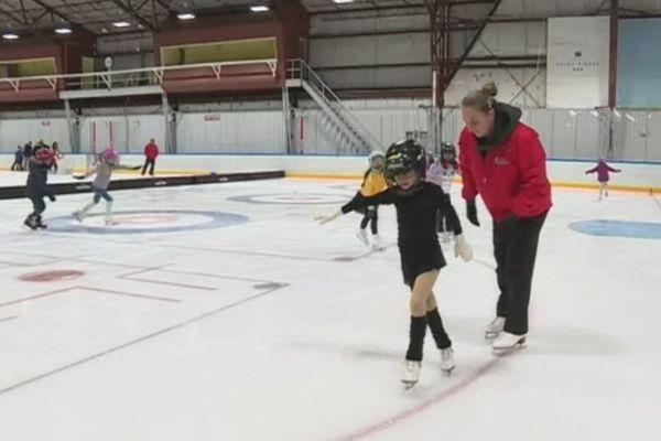 Séance de perfectionnement pour les petits à la patinoire de Saint-Pierre