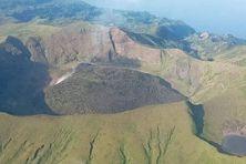 À Saint Vincent et les Grenadines, le magma est des gaz échappement du cratère du volcan la Soufrière.
