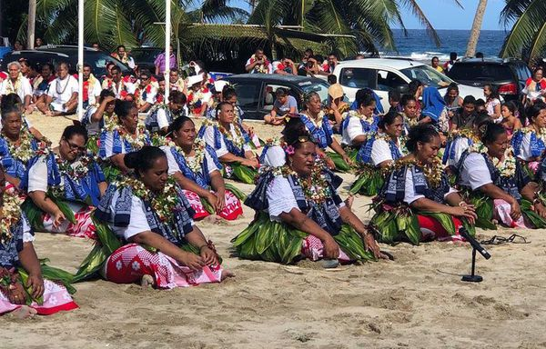 Les danseuses dans leur tenue flamboyante lors du concours de danse du 14 juillet à Futuna.