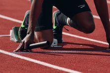 Athlète noir au départ d'une course.