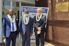 Le maire de Tsingoni, Mohamed Bacar, le président du conseil départemental Soibahadine Ibrahim Ramadani et le préfet Jean-François Colombet ont dévolé la plaque inaugurative de la nouvelle PMI de Combani.