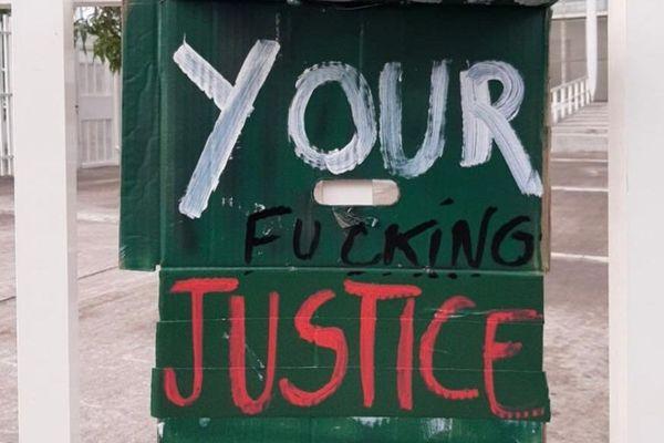 Palais de justice de FdeF / pancarte hostile