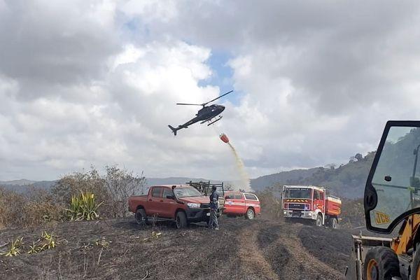 Feu de Moindou, scène de combat avec hélicoptère, pompiers et tracteur, capture de vidéo, par la mairie