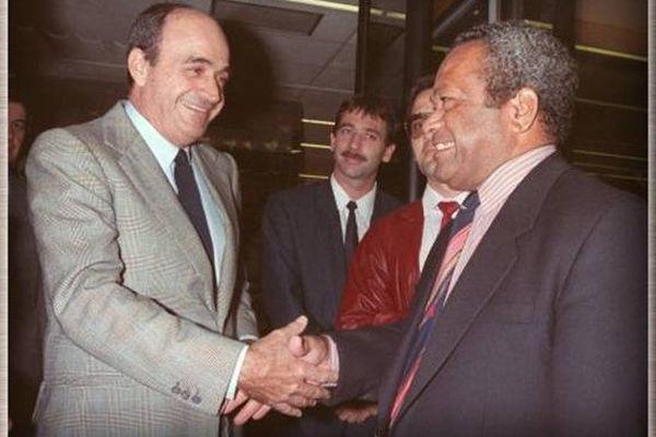 poignée de mains entre Jacques Lafleur et Jean-Marie Tjibaou