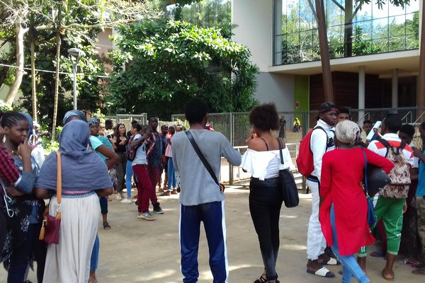 Les lycéens de Dembéni attendent les résultats du bac mardi 3 juillet