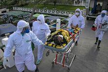 Le personnel de santé transporte une personne infectée, dans l'État de Para, le 25 mai 2020.