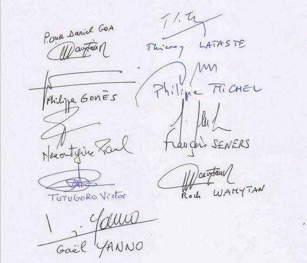Les signataires de la onzième réunion du groupe de dialogue.