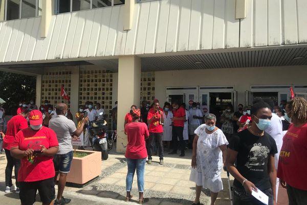 Mobilisation du personnel de santé devant le centre hospitalier Pierre Zobda-Quitman