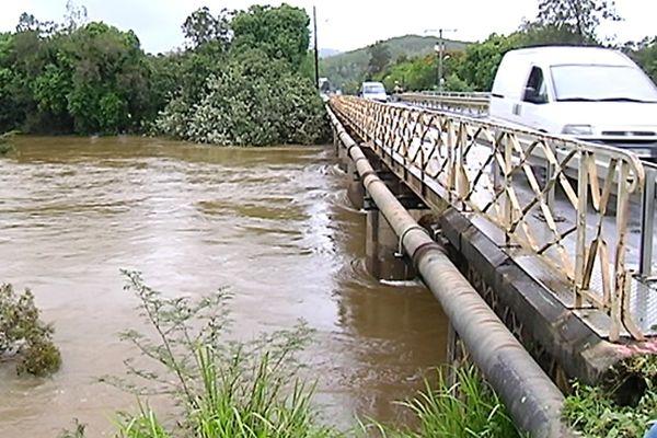 Le pont de Dumbéa, la rivière est en crue.